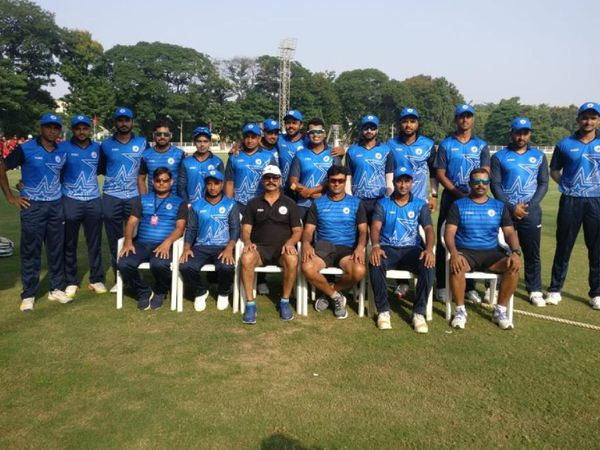 बिहार की रणजी क्रिकेट टीम के साथ गोपाल कुमार ( पीछे बाएं से चौथे)। वे बिहार क्रिकेट टीम के लिए बतौर ट्रेनर काम कर चुके हैं।