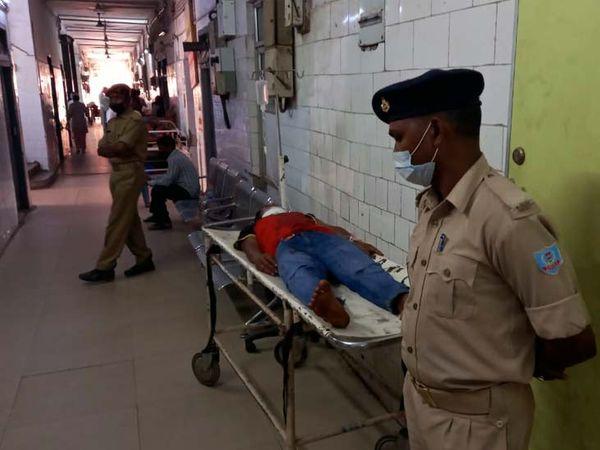 जख्मी युवक का इलाज एमजीएम में चल रहा है। - Dainik Bhaskar