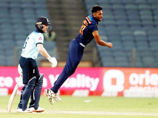 भारतीय तेज गेंदबाज प्रसिद्ध कृष्णा डेब्यू वनडे में 4 विकेट लेने वाले पहले भारतीय बन गए हैं।
