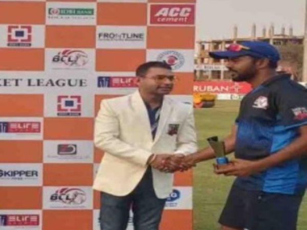 मैन ऑफ द मैच की ट्रॉफी लेते भागलपुर बुल्स के कप्तान मो. रहमतुल्लाह। - Dainik Bhaskar