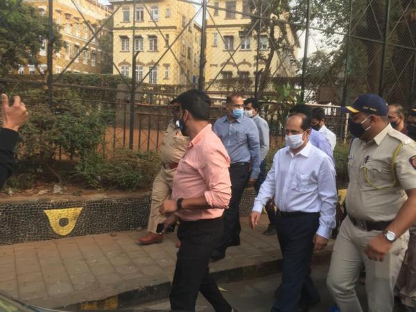 यह तस्वीर तब की है जब सचिन वझे (सफेद शर्ट में) को NIA की टीम पूछताछ के लिए ठाणे गई थी। - Dainik Bhaskar