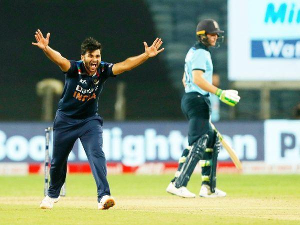 तेज गेंदबाज शार्दूल ठाकुर ने 6 ओवर में 37 रन देकर 3 विकेट लिए। उन्होंने जॉनी बेयरस्टो, कप्तान ओएन मोर्गन और जोस बटलर को शिकार बनाया।