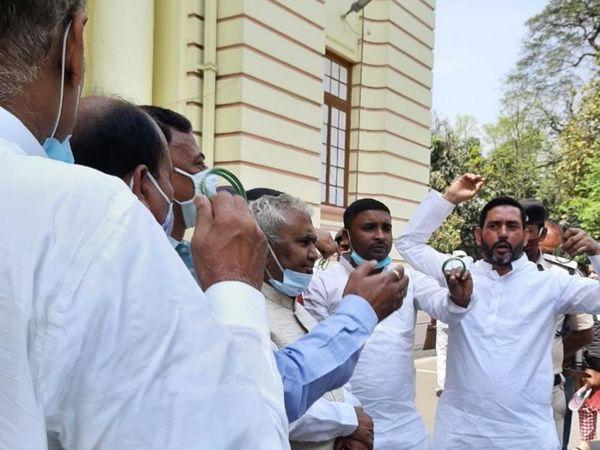 विधानमंडल के बाहर प्रदर्शन करते विपक्ष के नेता। - Dainik Bhaskar