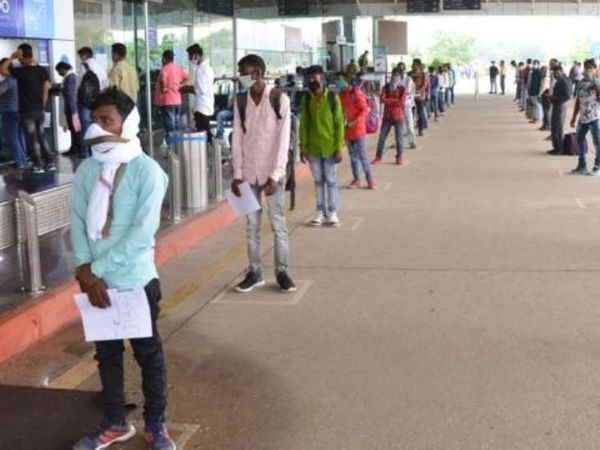 झारखंड सरकार को सैलरी से किराया काटने की काफी शिकायतें आ रही हैं। राज्य सरकार ने पत्र लिखकर केंद्र सरकार को कंपनियों पर एक्शन लेने के लिए कहा है। (फाइल) - Dainik Bhaskar