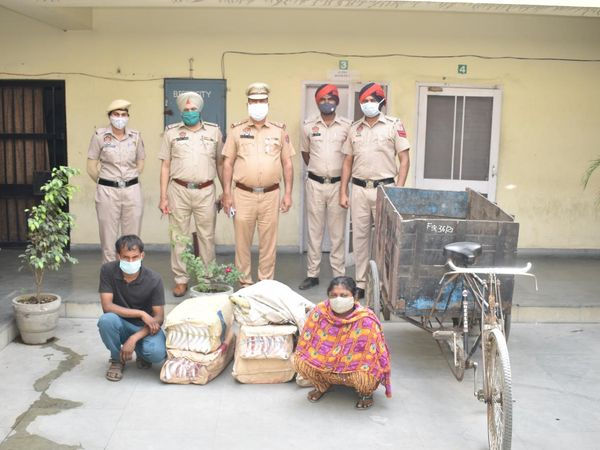 पकड़े आरोपी व उनसे बरामद चोरी के माल के साथ पुलिस टीम। - Dainik Bhaskar