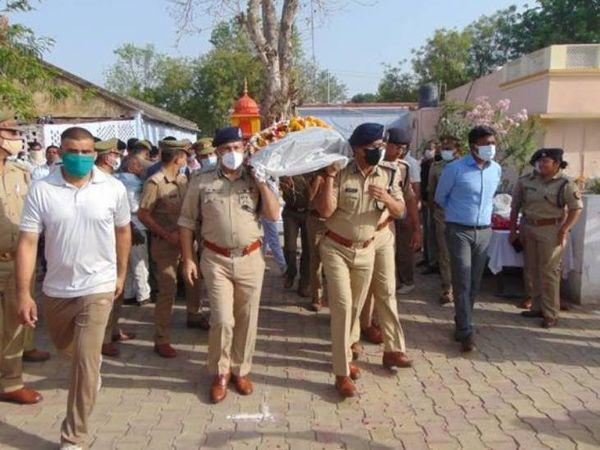 पुलिस अफसरों ने दरोगा के पार्थिव शरीर को दिया कंधा।