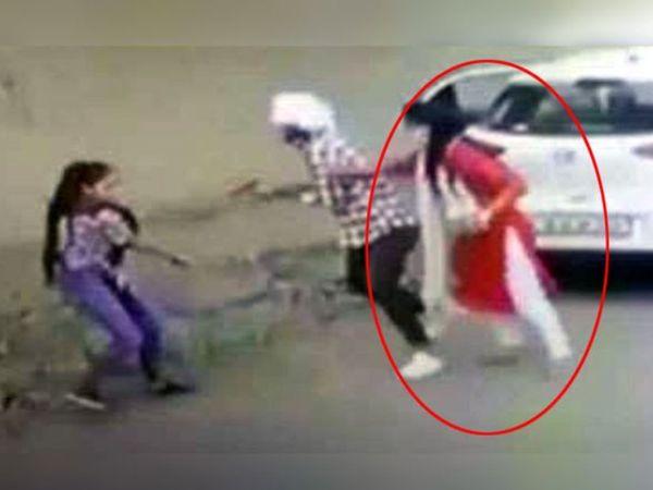घटना की यह लाइव तस्वीर सीसीटीवी कैमरे से ली गई है। इसमें लाल घेरे में निकिता की सहेली उसे बचाती नजर आ रही है।