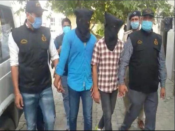 हत्या के दोषियों तौसीफ और उसके दोस्त रेहान को कोर्ट में पेशी पर लेकर पहुंची पुलिस।