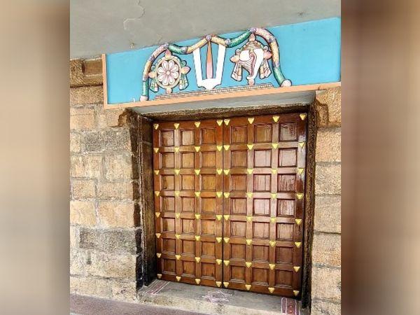 इरोड के 1000 साल पुराने विष्णु मंदिर का मोक्ष द्वार। यह साल में सिर्फ एक बार खुलता है। तमिलनाडु से हजारों लोग आते हैं।
