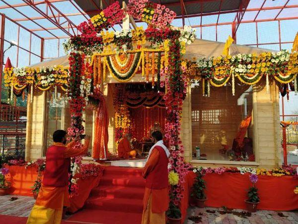 अब राम लला मंदिर में इलायची दाने के पैक्ड प्रसाद की व्यवस्था कर दी गई है। तरल प्रसाद का वितरण नहीं किया जाएगा, क्योंकि इससे कोविड संक्रमण का खतरा रहेगा। - Dainik Bhaskar