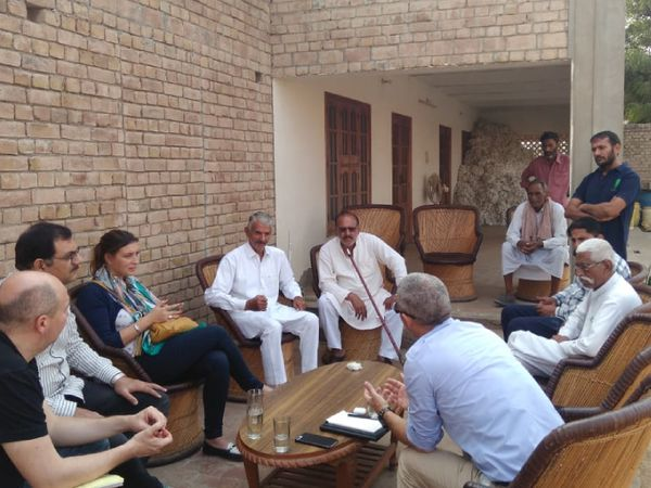 सुरेंद्र अपने गांव के किसानों को तो खेती की ट्रेनिंग देते ही हैं, साथ ही उनसे मिलने के लिए विदेश से भी लोग आते हैं।
