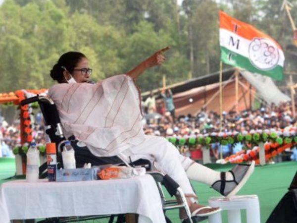 पूर्व मेदिनीपुर में एक सभा के दौरान मुख्यममंत्री ममता बनर्जी। पैर में चोट लगने के बावजूद दीदी व्हील चेयर पर प्रचार कर रही हैं।