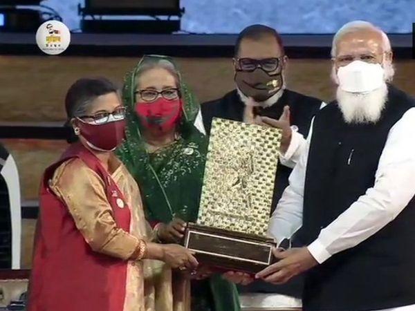बांग्लादेश के राष्ट्रपिता बंगबंधु शेख मुजीबुर रहमान को दिया गया गांधी शांति पुरस्कार मोदी ने उनकी छोटी बेटी शेख रेहाना को सौंपा।