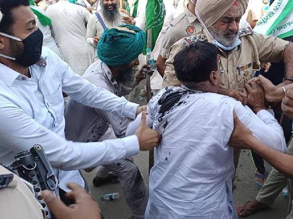 पुलिसकर्मियों ने जब उग्र किसानों को रोकने की कोशिश की तो दोनों तरफ से झड़प शुरू हो गई।