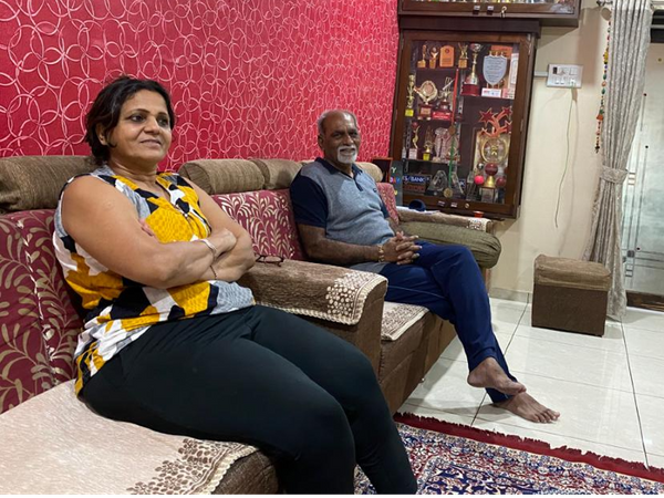 अक्षर पटेल के माता-पिता अपने आवास पर।