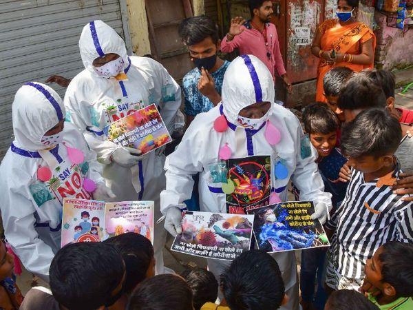 फोटो मुंबई के धारावी की है। यहां सोशल वर्कर कोरोना के खतरे को देखते हुए होली पर लोगों से सावधान रहने की अपील कर रहे हैं। - Dainik Bhaskar