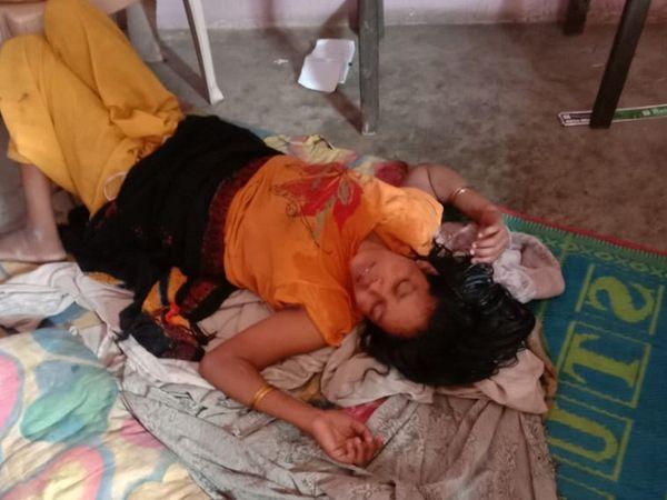 तस्वीर उस वक्त की है जब बच्ची की मौत हो चुकी थी और पुलिस भी महिला के घर पर थी। मगर वो शराब के नशे में बेसुध पड़ी थी।