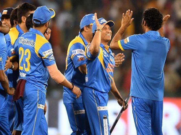 रोड सेफ्टी वर्ल्ड सीरीज के फाइनल में श्रीलंका को हराने के बाद टीम के साथियों के साथ जीत की खुशी मनाते सचिन।
