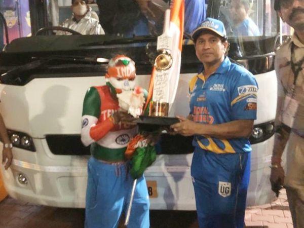 सचिन के फैन सुधीर कुमार भी रोड सेफ्टी वर्ल्ड सीरीज देखने के लिए रायपुर पहुंचे थे। सचिन ने उनके साथ फोटो भी खिंचवाई।