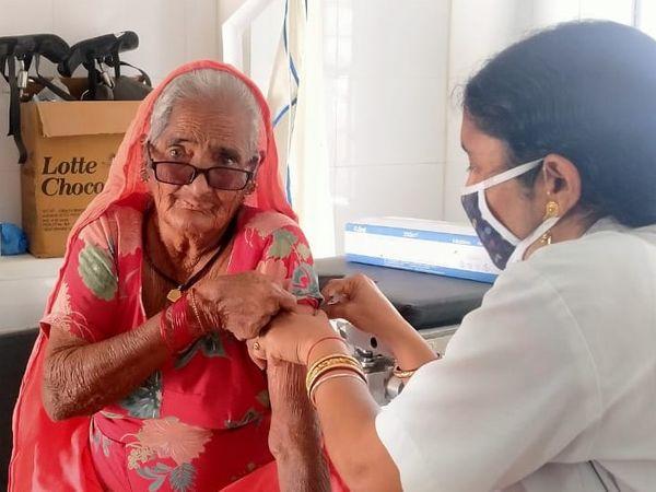 बीकानेर में वैक्सीनेशन करवाने में  बुजुर्गों ने काफी रुचि दिखाई थी। - Dainik Bhaskar