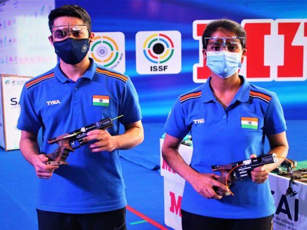 दिल्ली में चल रहे शूटिंग वर्ल्ड कप के 9वें दिन भारत को 25 मीटर एयर पिस्टल रैपिड फायर मिक्स्ड इवेंट में विजयवीर और तेजस्वनी की जोड़ी ने गोल्ड जीता। - Dainik Bhaskar
