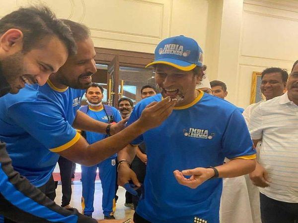 तस्वीर रायपुर की है।  रोड सेफ्टी क्रिकेट के दौरान खिलाड़ियों ने सचिन के साथ सेलिब्रेट किया था।