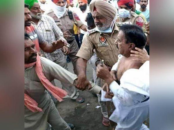 किसान नेता योगेंद्र यादव का कहना है कि किसानों का ग़ुस्सा समझ में आता है, लेकिन किसी से दुर्व्यवहार ने करें। - Dainik Bhaskar