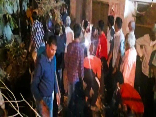 देर रात फिर से नई होली रोप ग्रामीणों ने विधि विधान से किया होलिका दहन। - Dainik Bhaskar