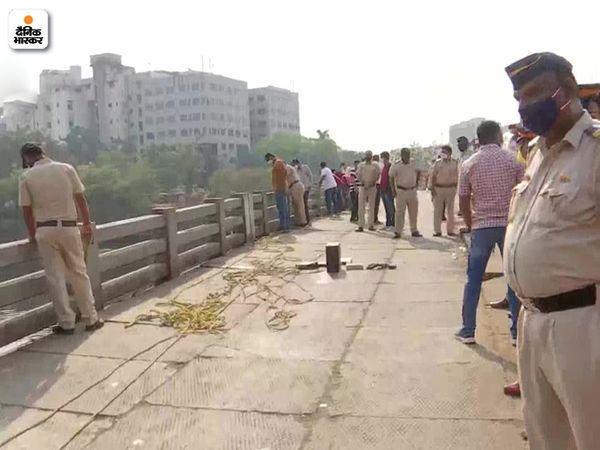 मीठी नदी पर पुलिस और मीडिया का जमावड़ा था। स्थानीय लोग भी वझे को देखने पहुंचे।