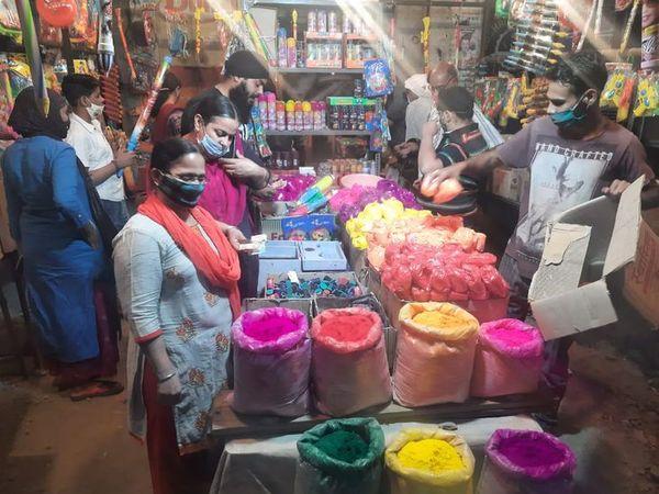 अजमेर के बाजारों में खरीदारी कर रहे शहरवासी