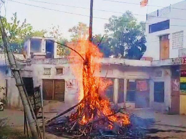 समय से पहले शरारती युवकों ने होली को लगाई आग।