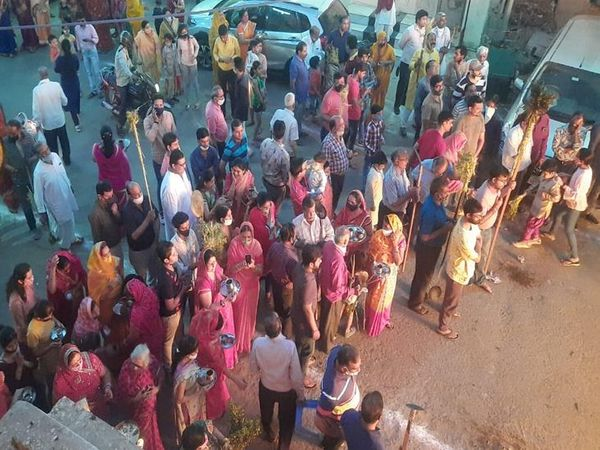 अजमेर में होलिका दहन के लिए उमड़ी भीड़।