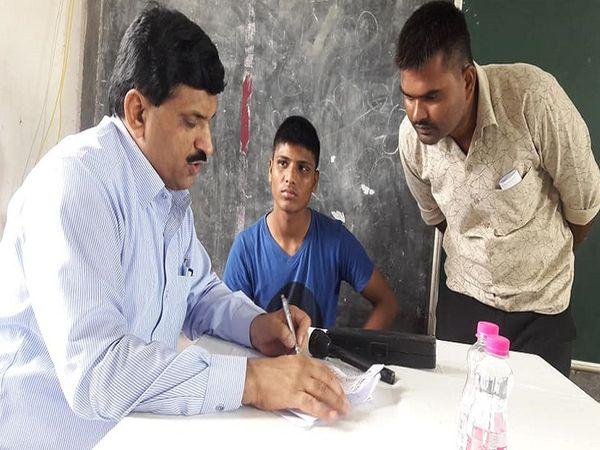 तस्वीर में नजर आ रहे डॉ मिश्र,कई ग्रामीण इलाकों में लोगों के लिए मुफ्त हेल्थ कैंप भी लगाते हैं। इन्हें छत्तीसगढ़ सरकार की तरफ से राज्य अलंकरण से सम्मानित किया जा चुका है। - Dainik Bhaskar