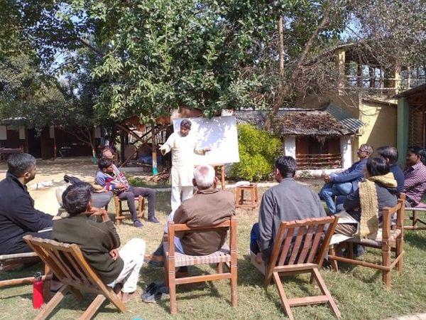 किसानों को खेती के बारे में जानकारी देते हुए प्रेम सिंह। देशभर के 3 हजार से ज्यादा किसान हर साल उनके पास ट्रेनिंग के लिए आते हैं।