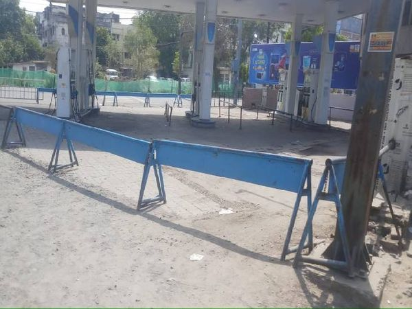शहर में सिर्फ नौ पेट्रोल पंप ही खुले हैं, अन्य सभी बंद रखे गए हैं।