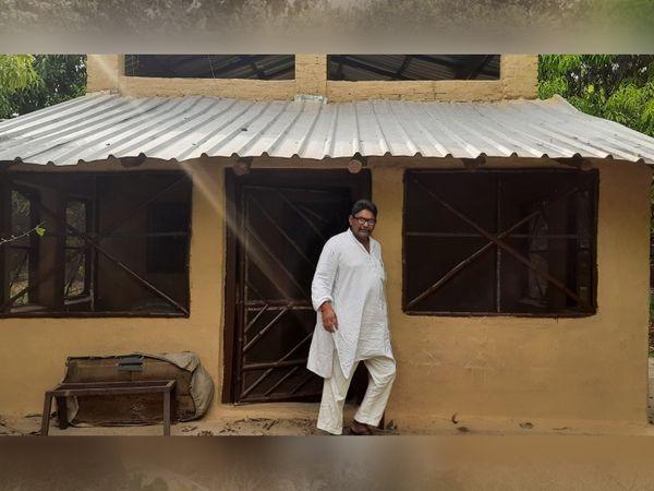 प्रेम सिंह ने अपने बगीचे में मिट्टी के कुछ घर बना रखे हैं, जहां उनके विदेशी मेहमान ठहरते हैं।