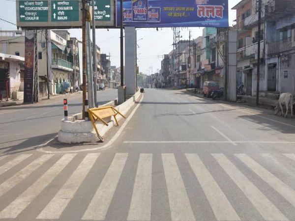 घमापुर में सड़क पर पूरी तरह सन्नाटा पसरा हुआ है।