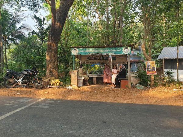 तस्वीर मलप्पुरम इलाके के बस स्टैंड की है। जहां मुस्लिम लीग के पोस्टर लगे हैं और मुस्लिम महिलाएं वहां बैठी हुई हैं।