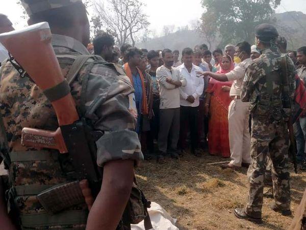 पोस्टमॉर्टम के लिए शव नहीं ले जाने दे रहे लोगों को घटनास्थल पर पहुंची पुलिस ने समझाया। - Dainik Bhaskar