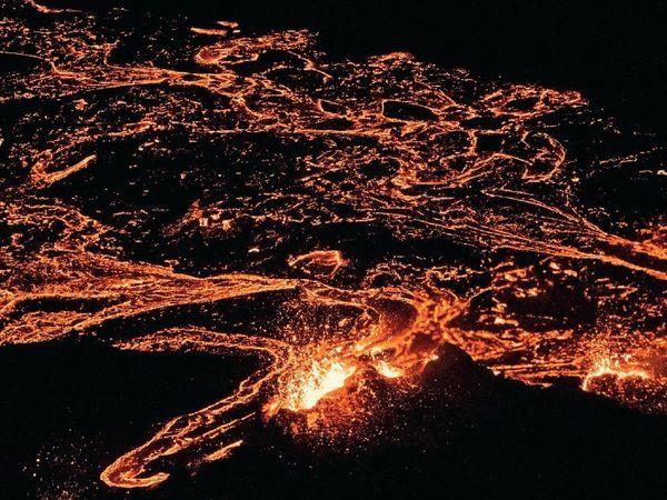 आइसलैंड की राजधानी रेक्यावीक में ज्वालामुखी विस्फोट के बाद 32 किमी से लावे की नदी दिख रही है, इसकी यह तस्वीर ड्रोन से ली गई थी।