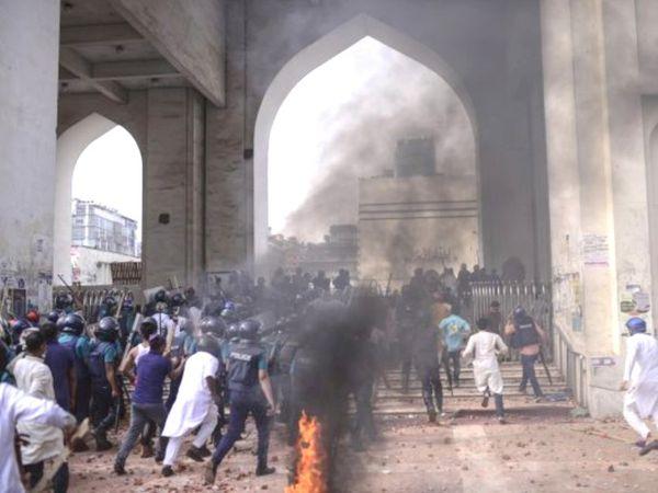 मुस्लिम कट्टरपंथी गुट हिफाजत-ए-इस्लाम के समर्थकों द्वारा किए गए हमले में यहां के कम से कम 26 पुलिसकर्मी घायल हो गए।