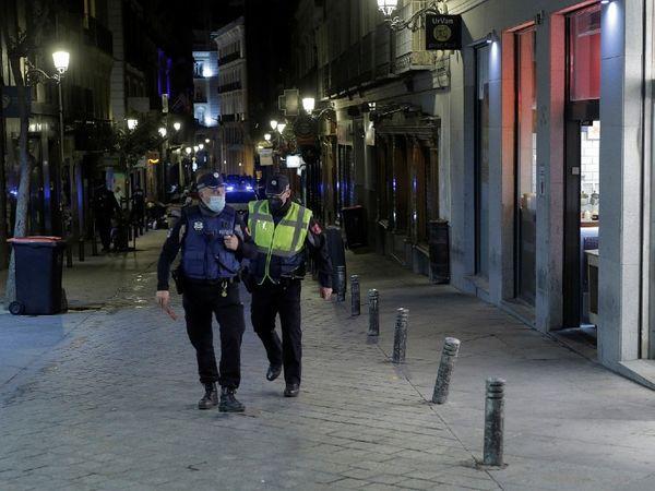 फोटो स्पेन की है। यहां लॉकडाउन का जायजा लेने के लिए रात में गश्त करते पुलिसकर्मी। स्पेन सरकार ने बाहर से आने वाले टूरिस्ट को लॉकडाउन से छूट दी है।