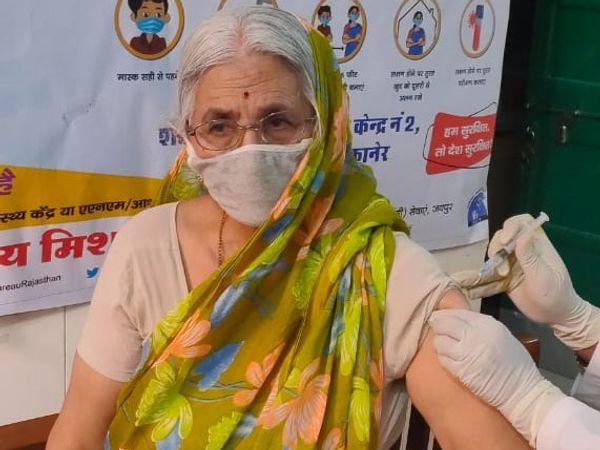 बीकानेर में वैक्सीनेशन करवाने में वृद्धजन सबसे आगे रहे हैं।- फाइल फोटो। - Dainik Bhaskar