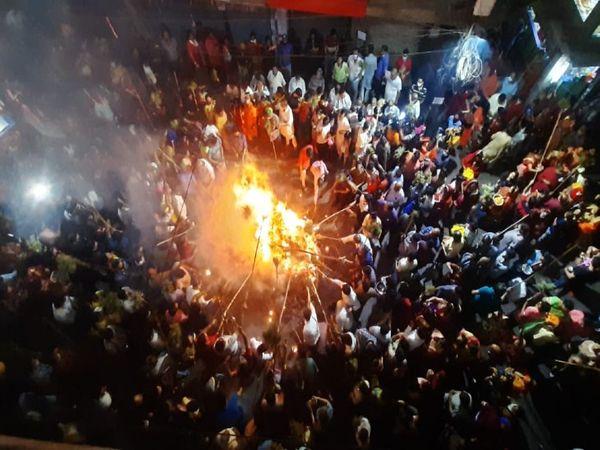 पटना में होलिका दहन के दौरान लोगों की भीड़। - Dainik Bhaskar