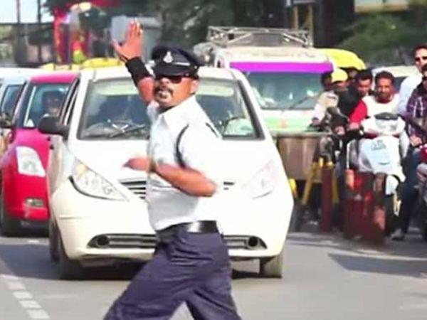 इंदौर में ट्रैफिक जागरूकता के लिए समय-समय पर अभियान चलाए जाते रहे हैं। - Dainik Bhaskar