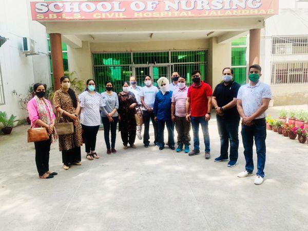 वैक्सीन के लिए सिविल अस्पताल पहुंचे सरकारी कर्मचारी। - Dainik Bhaskar