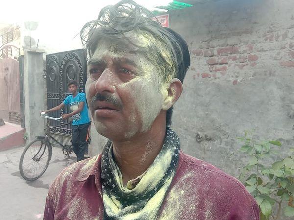 घटना की जानकारी देता लूट का शिकार हुआ पीड़ित। - Dainik Bhaskar