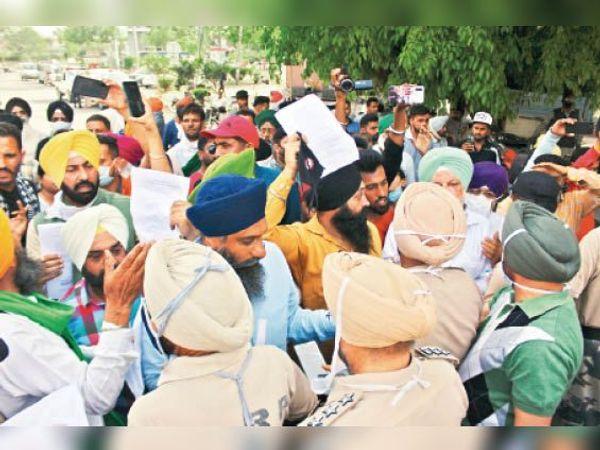 कृषि कानूनों की कापियां जलाकर किसान जत्थेबंदियां और किसान संगठन ने प्रदर्शन किया। - Dainik Bhaskar