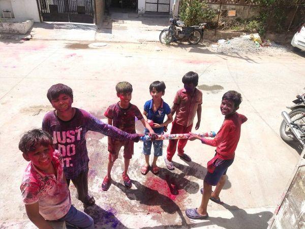 मालवीय नगर में कलर भरी पिचकारी से होली खेलते बच्चे।