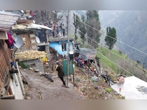 घर, जहां आग लगने से परिवार के चार सदस्यों और 9 पशुओं की मौत हो गई।